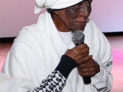 אחד הקשישים נושא דברים באמהרית