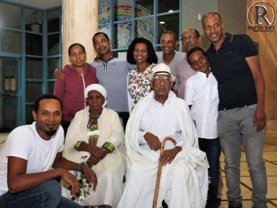 אחד הקשישים עם בני משפחתו