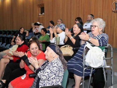 הקשישים במחיאות כפיים למקהלה