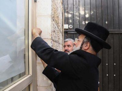 הרב דוידוביץ קובע את המזוזה הראשית