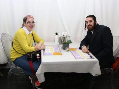 זוג חסידים יושבים במסעדה