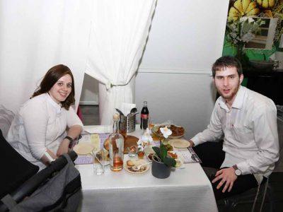 זוג חרדים יושבים במסעדה