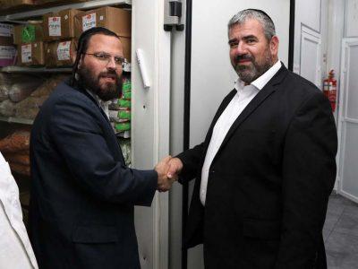 חבר מועצת העיר הרב אברהם פרנקל קובע מזוזה