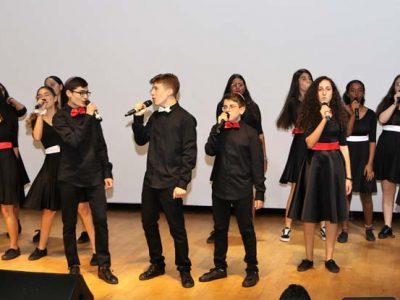 ילדי המקהלה שרים על הבמה