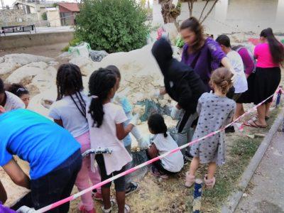 ילדי השכונה מקשטים את הכניסה לספרייה