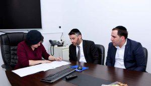 ראש העיר חותמת על ההסכם