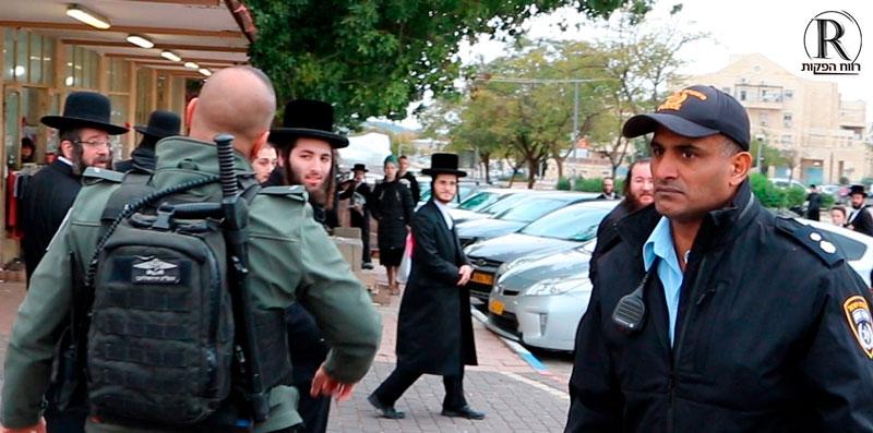 רונן גורש יורד לשטח במהלך הפגנה
