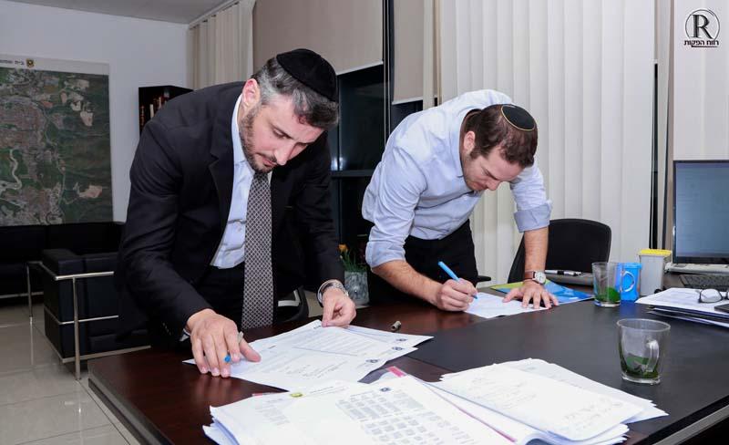 רמ''ט ראש העיר מר יוחנן מאלי ומנכ''ל ש''ס חיים ביטון חותמים על ההסכם