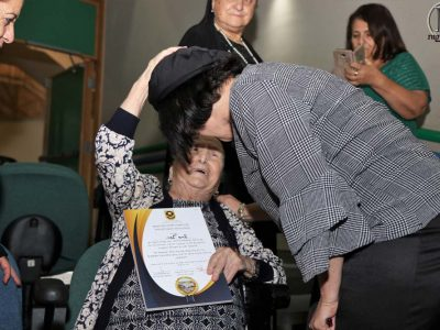 שרה לסרי מברכת את ראש העיר בלוך