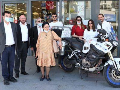 משפחתו של ישראל חזן והאופנוע שנתרם