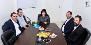 """ראש העיר ד""""ר עליזה בלוך עם חברי תנועת ש""""ס בעת חתימת ההסכם הקואליציוני."""