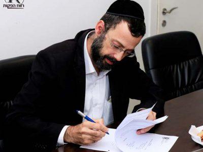 יגאל חדד חותם על ההסכם הקןאליציוני עם ראש העיר