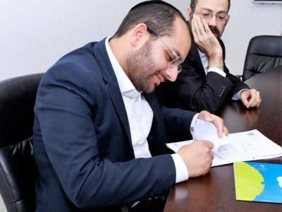 ישראל רמתי חותם על ההסכם הקןאליציוני עם ראש העיר