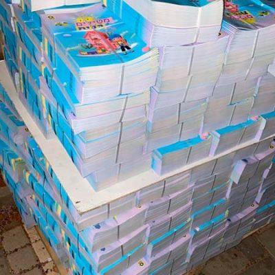 משטח מלא בחוברות הפעלה לילדים מוכן למשלוח