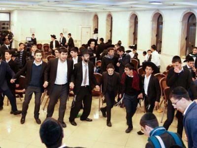 הרב יגאל חדד רוקד עם בחורי הישיבות