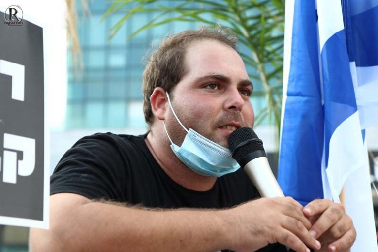 ישראל אבוקסיס נואם במהלך ההפגנה