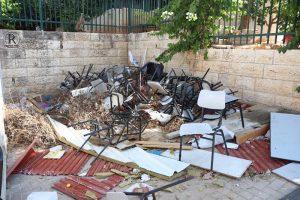 כסאות תלמידים שבוכסאות תלמידים שבורים זרוקים ברחוברים זרוקות