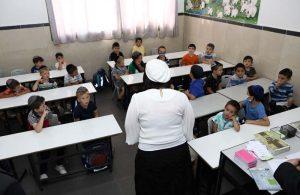 ראש העיר בלוך משוחחת עם תלמידים בכיתה א