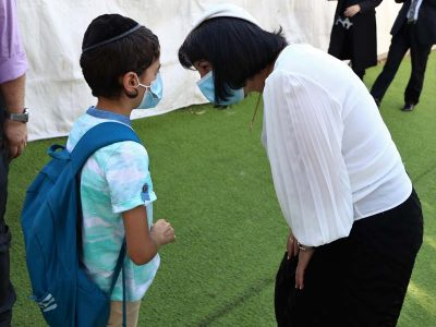 ראש העיר בלוך עם תלמיד בתורת שלום