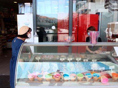 ראש העיר עליזה בלוך בחנות לממתקים