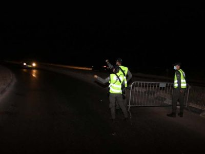 2 המשטרה עוצרת את הרכבים המתקרבים למחסום