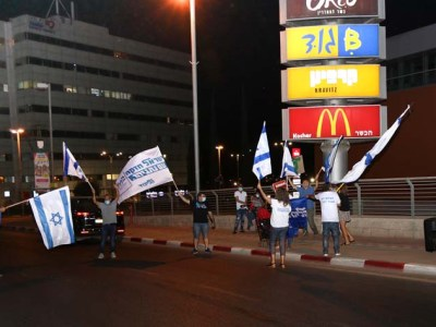 ישראל אבוקסיס מלהיב את המפגינים