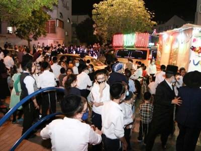 קהל גדול הגיע לשמוח בשמחת בית השואבה ברחוב לב שמחה