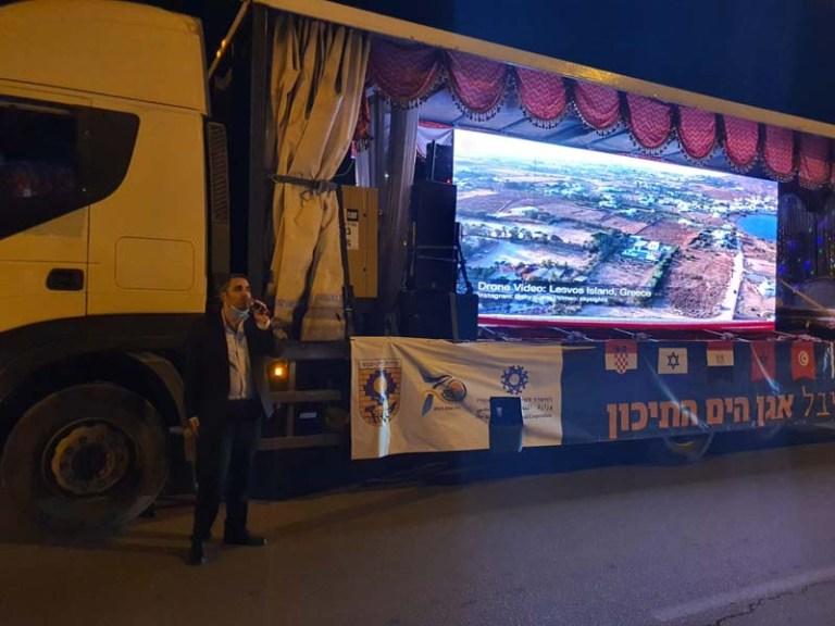 משה שטרית ליד משאית המשדרת את פסטיבל אגן הים התיכון