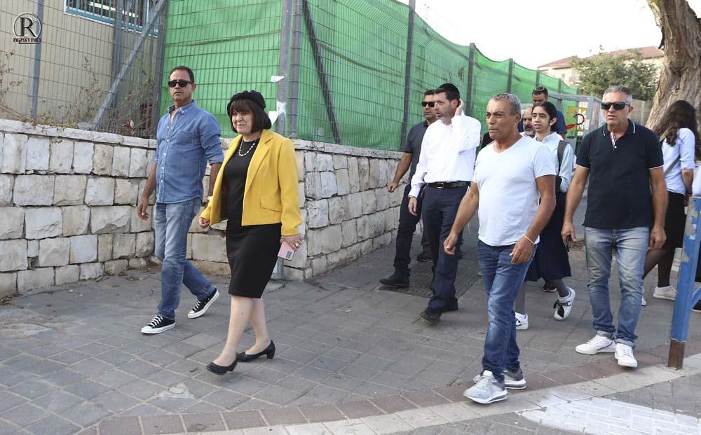 חברי הסיור בכניסה לרחוב האדמו''ר משטפנט
